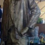 Живая статуя мужчина в очках