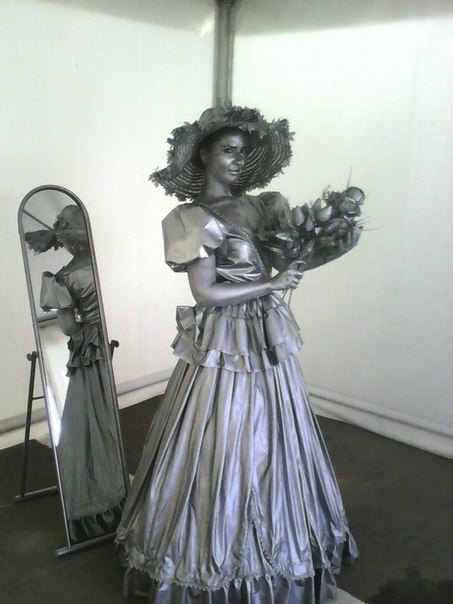 девушка с букетом живая статуя