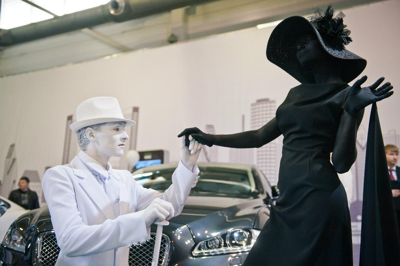 Живые статуи Черное и Белое