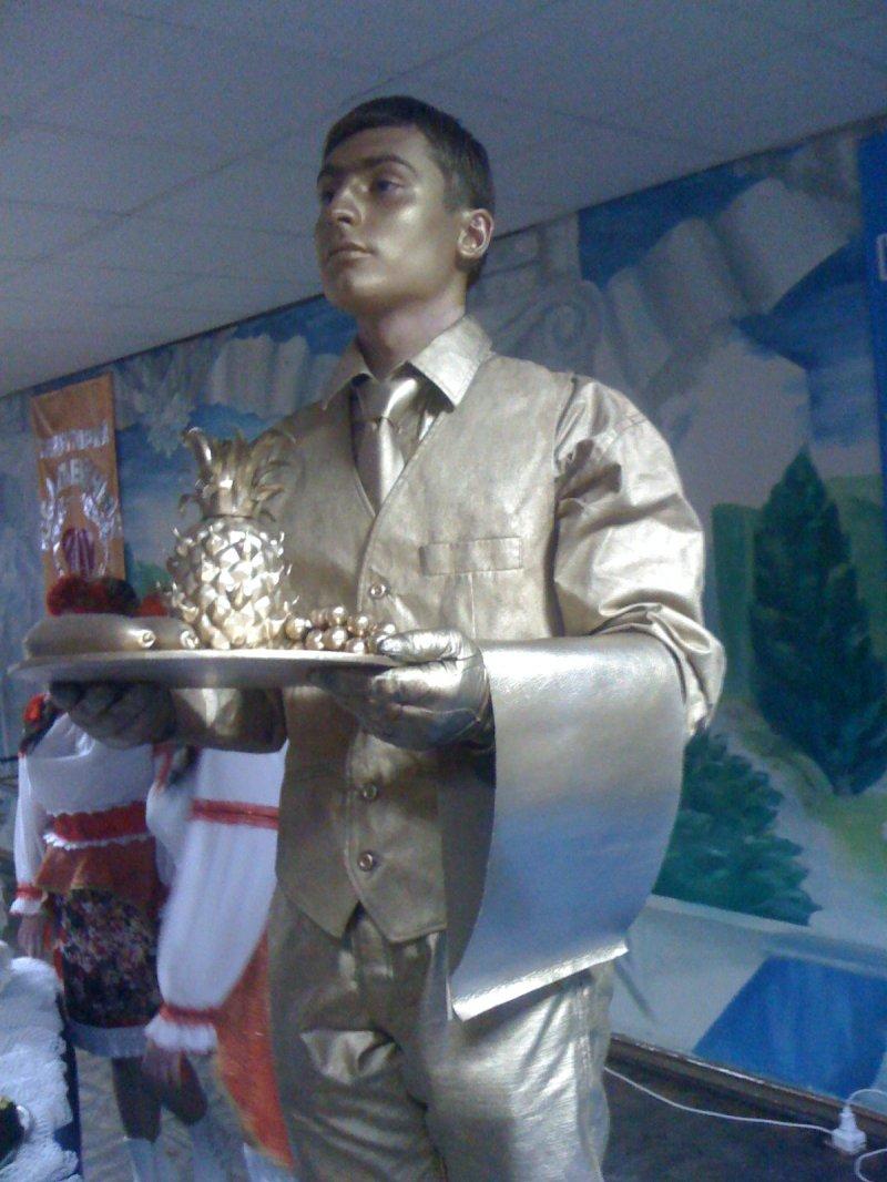Живая статуя Официант на выставку