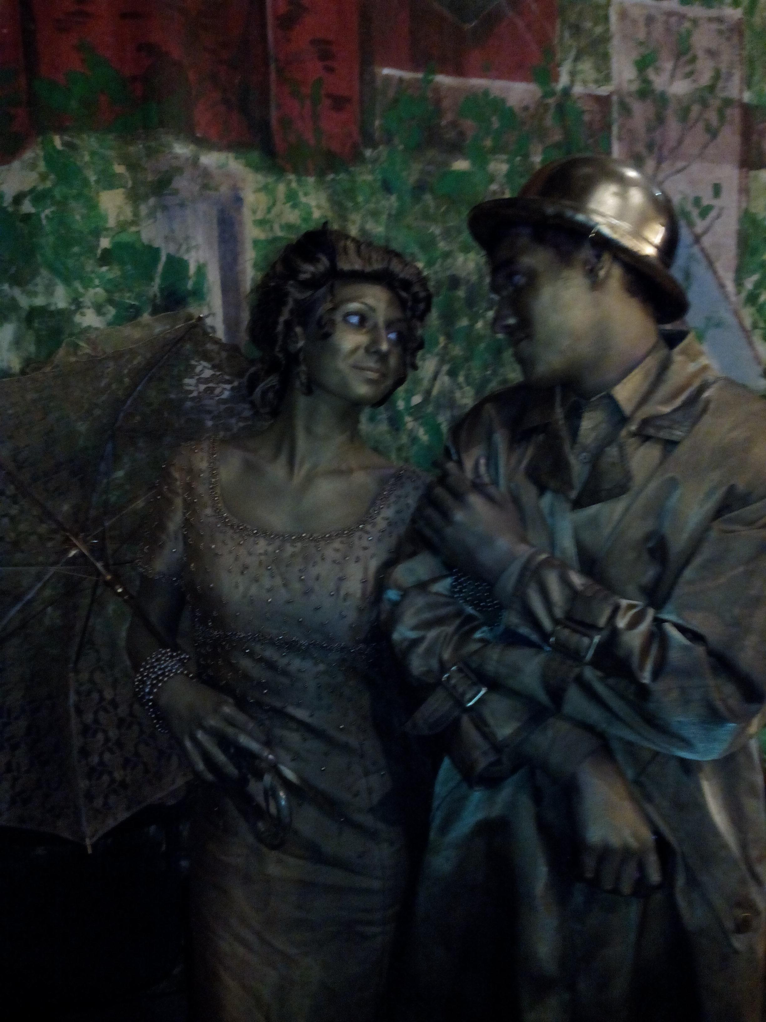 живая статуя парень и девушка