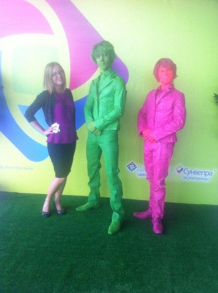 живые статуи розовая и зеленая