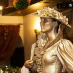 Живая статуя Девушка в шляпе золотая