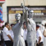 Живые статуи Рабочий и Колхозница