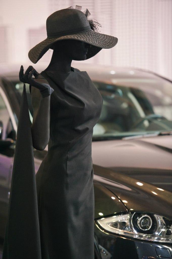 Черная живая статуя на мероприятие